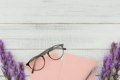 用紫罗兰色鹿舌草装饰的空白的桃红色卡片开花 图库摄影