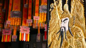 用繁体中文古老圣洁门神监护人装饰的木门秦叔宝和尉迟恭打锣 影视素材