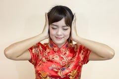 用繁体中文或cheongsam的亚洲妇女问候 免版税库存图片