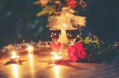 用红心和夫妇香槟玻璃玫瑰装饰的华伦泰晚餐浪漫爱概念浪漫桌设置开花 库存图片