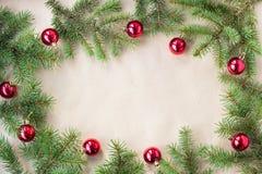 用红色圣诞节球装饰的杉树分支作为在一个土气假日背景框架的边界与拷贝空间 库存照片