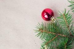 用红色圣诞节球装饰的杉树分支作为在一个土气假日背景框架的边界与拷贝空间 免版税库存照片