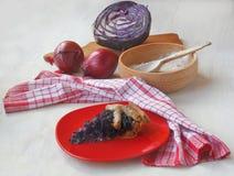 用红色小室做由黑麦面粉和充塞的法国不食肉的饼 库存图片