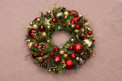 用红色装饰的新鲜的手工制造圣诞节花圈和金子圣诞节装饰、冷杉锥体和核桃 库存图片