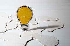 用纸做的电灯泡切开 企业想法概念 库存照片