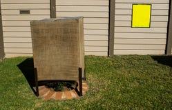 用织品盖的天气含羞草作为保护反对霜 免版税库存照片