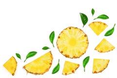 用绿色叶子装饰的切的菠萝隔绝在与拷贝空间的白色背景您的文本的 顶视图 免版税图库摄影
