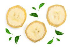 用绿色叶子装饰的香蕉切片隔绝在白色背景 平的位置,顶视图 免版税库存照片