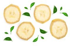 用绿色叶子装饰的香蕉切片隔绝在白色背景 平的位置,顶视图 图库摄影