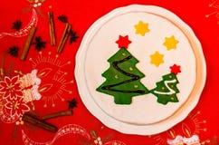 用绿色方旦糖圣诞树装饰的圣诞节蛋糕 免版税图库摄影
