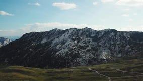 用绿色盖子报道的石山顶视图 股票 察觉在绿色山反对与云彩的天空蔚蓝 股票视频