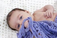 用编织盖的赤裸婴孩围巾 免版税库存图片