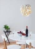 用美丽的枝形吊灯装饰的餐厅 库存照片