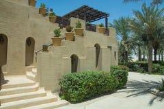 用美丽的花装饰的楼梯在豪华阿拉伯沙漠旅馆里 库存照片