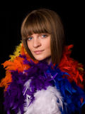 用羽毛装饰佩带的妇女年轻人 免版税库存照片