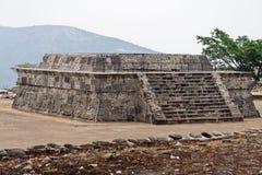 用羽毛装饰的蛇寺庙xochicalco 免版税库存图片