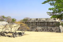 用羽毛装饰的蛇的寺庙, Xochicalco,墨西哥 图库摄影