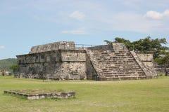 用羽毛装饰的蛇Quetzalcoatl的Xochicalco寺庙 免版税库存图片