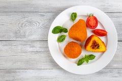 用肉ragu充塞的意大利煨饭锥体 库存图片