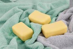 用肥皂擦洗毛巾 免版税库存图片