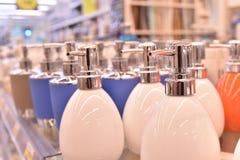用肥皂擦洗由瓷做的分配器用不同的颜色 库存照片