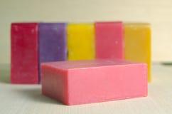 用肥皂擦洗与玫瑰色成份的酒吧味道在木板ba 免版税图库摄影