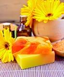 用肥皂擦洗与金盏草的自创和油在竹子 免版税库存图片