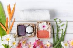 用肥皂擦洗温泉在白色木背景的礼物盒 免版税图库摄影