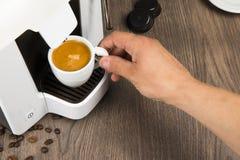 用胶囊在家做的浓咖啡咖啡 免版税库存图片