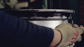 用胶浆润滑圆盘 影视素材