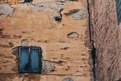 用膏药特写镜头盖的老剥的灰色墙壁纹理  在白色墙壁的窗口 打破背景的时间 库存照片