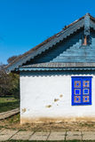 用自然生物材料和古老技术建造的地道罗马尼亚村庄房子在传统建筑学 特写镜头 免版税图库摄影