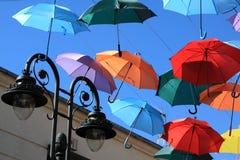 用色的伞装饰的街道。马德里,赫塔费,西班牙 免版税库存图片