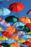 用色的伞装饰的街道。马德里,赫塔费,西班牙 免版税库存照片