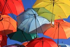 用色的伞装饰的街道。马德里,赫塔费,西班牙 库存图片