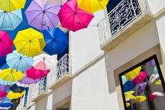 用色的伞装饰的街道, Agueda,葡萄牙 免版税库存图片