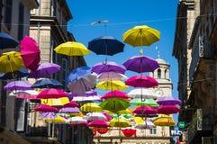 用色的伞装饰的街道 阿尔勒,普罗旺斯 法国 免版税库存照片
