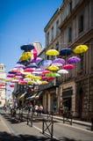 用色的伞装饰的街道 阿尔勒,普罗旺斯 法国 图库摄影