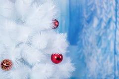 用色的球装饰的白色树 免版税图库摄影