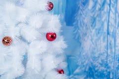 用色的球装饰的白色树 免版税库存照片