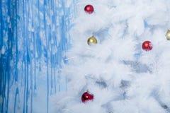 用色的球装饰的白色树 库存照片
