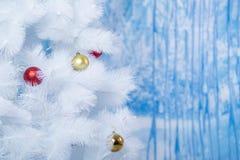 用色的球装饰的白色树 免版税库存图片