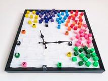用色的立方体装饰的时钟 库存图片