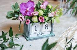 用色的花装饰的葡萄酒桌面日历 婚礼日期装饰 免版税库存照片