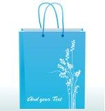 用花剪影装饰的纸购物袋  免版税库存照片
