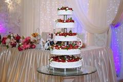 用花和果子装饰的多重婚宴喜饼 棒棒糖 免版税库存图片