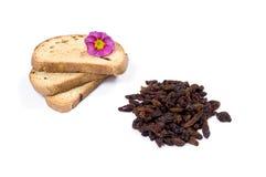 用花和葡萄干极少数装饰的三个油煎方型小面包片 图库摄影