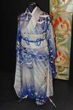 用花和起重机装饰的一件原始的蓝色日本妇女的和服 免版税图库摄影