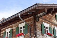用花夏时装饰的传统瑞士山中的牧人小屋 免版税图库摄影