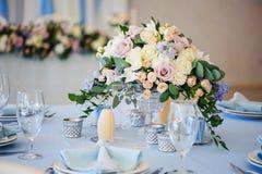 用花玫瑰特写镜头花束装饰的婚礼桌  库存图片